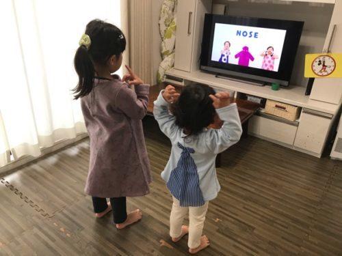 グーミーズの歌を一緒に踊る子供たち